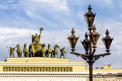 Lyktor på slottfyrkanten av St Petersburg Ryssland Arkivfoton