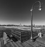 Lyktstolpe i Santa Monica träpir Arkivfoton