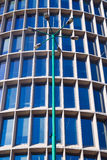 Lyktstolpe och fönster av fasaden av den modernistiska byggnaden Arkivfoton