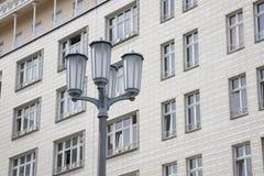 Lyktstolpe på Karl Marx Allee, Berlin, Tyskland Fotografering för Bildbyråer