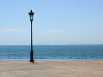 Lyktstolpe vid havet Arkivbild