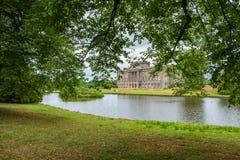 Lyme Hall und sein Teich innerhalb Lyme-Parks in Cheshire, England stockbild