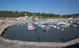 Lyme Regis Dorset England Reino Unido com barcos da calma em um dia bonito ainda na costa jurássico inglesa Fotografia de Stock