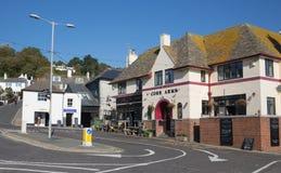 Lyme Regis Dorset England Reino Unido un pub de la orilla del mar en todavía de la calma un día hermoso en la costa jurásica ingl Imagen de archivo libre de regalías