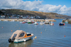 LYME REGIS, DORSET/UK - 22-ОЕ МАРТА: Шлюпки в гавани на Lyme Стоковая Фотография