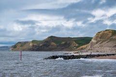 LYME REGIS, DORSET/UK - 22-ОЕ МАРТА: Юрская береговая линия на Re Lyme Стоковая Фотография