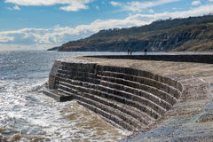 LYME REGIS, DORSET/UK - 22 DE MARZO: La pared del puerto de Cobb en Lyme imagenes de archivo