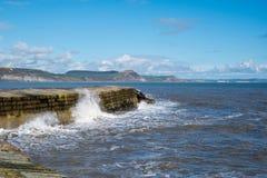 LYME REGIS, DORSET/UK - 22 DE MARZO: La pared del puerto de Cobb en Lyme fotos de archivo libres de regalías