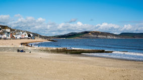 LYME REGIS, DORSET/UK - 22. MÄRZ: Ansicht des Strandes an Lyme Ausrichtung Lizenzfreie Stockbilder