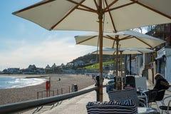 LYME REGIS, DORSET/UK - 22. MÄRZ: Ansicht des Strandes und des Promena Lizenzfreie Stockfotografie