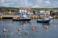 LYME REGIS, DORSET/UK - 22. MÄRZ: Boote im Hafen bei Lyme Stockfotografie