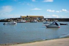 LYME REGIS, DORSET/UK - 22. MÄRZ: Boote im Hafen bei Lyme Stockfoto