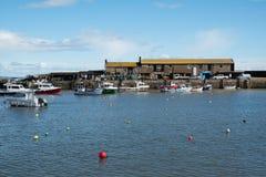 LYME REGIS, DORSET/UK - 22. MÄRZ: Boote im Hafen bei Lyme Lizenzfreies Stockfoto