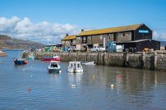 LYME REGIS, DORSET/UK - 22. MÄRZ: Boote im Hafen bei Lyme Lizenzfreie Stockbilder