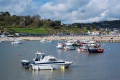 LYME REGIS, DORSET/UK - 22. MÄRZ: Boote im Hafen bei Lyme Lizenzfreie Stockfotografie