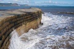 LYME REGIS, DORSET/UK - 22. MÄRZ: Die Cobb-Hafen-Wand in Lyme Lizenzfreie Stockfotografie