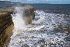 LYME REGIS, DORSET/UK - 22. MÄRZ: Die Cobb-Hafen-Wand in Lyme Lizenzfreie Stockfotos