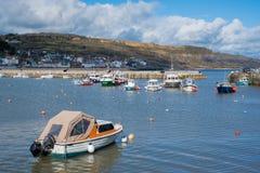 LYME REGIS, DORSET/UK - 22 MAART: Boten in de Haven in Lyme Stock Fotografie