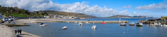 LYME REGIS, DORSET/UK - 22 MAART: Boten in de Haven in Lyme Stock Afbeelding