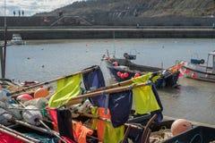 LYME REGIS, DORSET/UK - MARS 22: Fartyg i hamnen på Lyme Fotografering för Bildbyråer