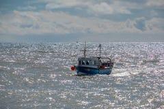 LYME REGIS, DORSET/UK - MARS 22: FiskebåtRacing hem till L Royaltyfria Bilder
