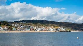 LYME REGIS, DORSET/UK - MARS 22: Sikt av Lyme Regis från Het Arkivfoton