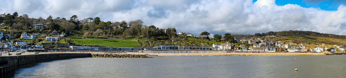 LYME REGIS, DORSET/UK - MARS 22: Sikt av Lyme Regis från Het Royaltyfri Bild