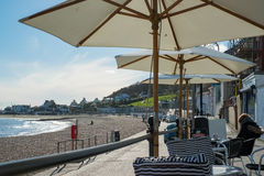 LYME REGIS, DORSET/UK - MARS 22: Sikt av stranden och Promenaen Royaltyfri Fotografi