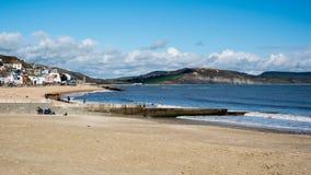 LYME REGIS, DORSET/UK - MARS 22: Sikt av stranden på Lyme Reg Royaltyfria Bilder