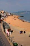 Lyme Regis på den Dorset UK kusten på som tycker om solskenet för sen sommar på torsdag 4th Septemb Royaltyfri Foto