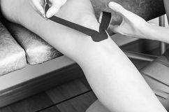 Lymphknietechnik, der ` Y ` Streifen Kinesiologie-Band im Schattenbild Stockfoto