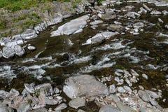 Lyn River est dans Lynmouth photo stock