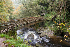 LYNMOUTH, DEVON/UK - 19-ОЕ ОКТЯБРЯ: Мост над восточным рекой Lyn Стоковое фото RF