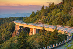 Lynn Cove Viaduct scenisk soluppgång, North Carolina royaltyfri fotografi