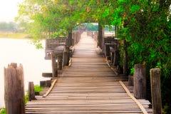 Lynnig bild av den gamla texturerade trästrandpromenaden, Ubein bro, Amarapura, Myanmar Arkivbilder