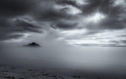 Lynnig mist, Sts Michael montering, Marizion, Cornwall royaltyfri foto