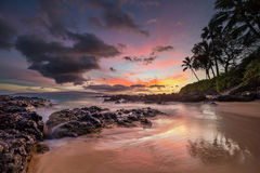Lynnig solnedgång på den hemliga lilla viken Maui arkivfoton