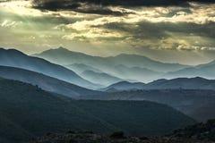 Lynniga himlar över berg i den Balagne regionen av Korsika Arkivfoton