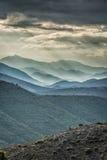 Lynniga himlar över berg i den Balagne regionen av Korsika Arkivbilder