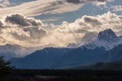 Lynniga moln ovanför steniga berg Royaltyfria Foton