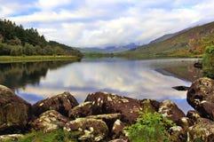 Lynniga Snowdonia reflekterad i fridsamma Llyn Mymbyr Snowdonia Arkivbild