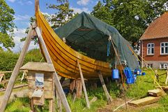 Lyo, Дания - 1-ое июля 2012 - воспроизводство деревянного longship Викинга стоковые изображения