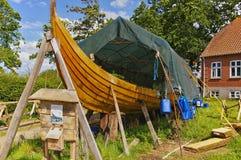 Lyo, Dänemark - 1. Juli 2012 - Wiedergabe eines hölzernen Wikinger-longship Stockbilder