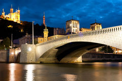 Lyon över den Saone floden på den molniga natten Royaltyfri Fotografi