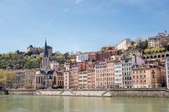 Lyon cityscape från den Saone floden Gammal Lyon och Fourviere basilika Royaltyfria Bilder