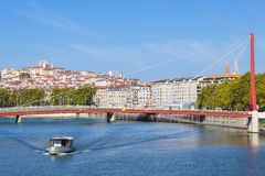 Lyon e Saone River com barco fotografia de stock