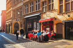 Lyon, France Restaurant traditionnel avec des tables de rue Photo libre de droits