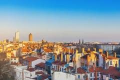 Lyon, France Vue aérienne des dessus de toit et des cheminées carrelés de la vieille ville Photographie stock