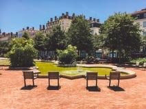 Lyon, Francia un parque con una fuente y un lugar a relajarse Escantillón cuatro en un semicírculo que pasa por alto el agua Un l imágenes de archivo libres de regalías