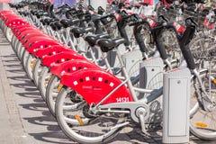 LYON, FRANKREICH - am 14. April 2015 - geteilte Fahrräder werden in den Straßen von Lyon, Frankreich ausgerichtet Velo'v Grand Ly Lizenzfreie Stockbilder